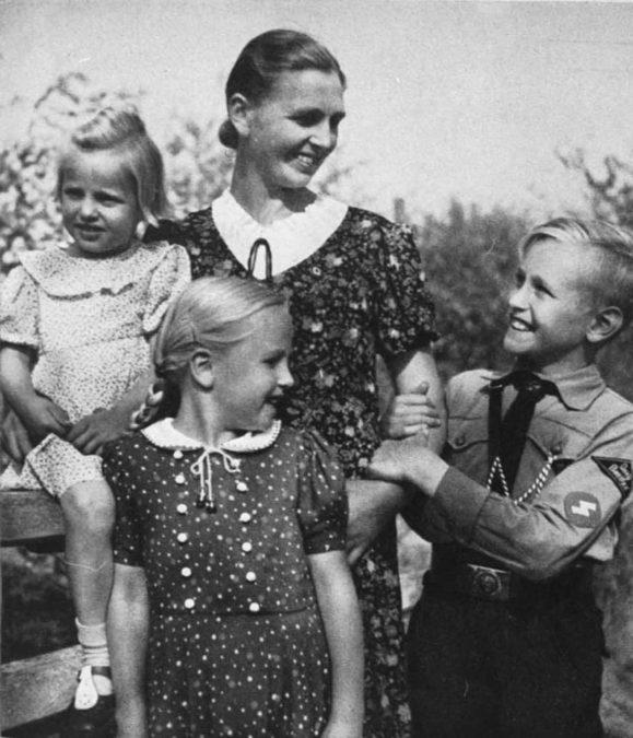1933 Frauen wird das passive Wahlrecht abgesprochen